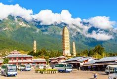 Dali tres pagodas y montañas blancas de Cangshan. Fotos de archivo