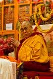 Dalia Lama bekijkt direct de camera terwijl het bidden royalty-vrije stock afbeelding