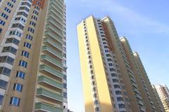 dalian πυλώνες ομάδας ηλεκτρικής ενέργειας της Κίνας κτηρίων διαμερισμάτων Στοκ εικόνα με δικαίωμα ελεύθερης χρήσης