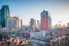 dalian στο κέντρο της πόλης ομάδα της Κίνας κτηρίων Στοκ Εικόνες