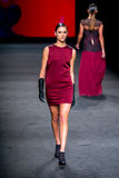 Dalianah Arekion (模型)走Justicia Ruano汇集的跑道080巴塞罗那时尚星期2015年 库存照片