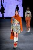 Dalianah Arekion (modèle) marche la piste pour la collection d'Aldomartins aux 080 Barcelone Image stock