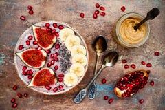 Daling en de winterontbijtreeks Acai superfoods smoothies werpt met chiazaden, granaatappel, banaan, verse fig., hazelnootboter stock afbeeldingen