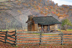 Daling met rustieke cabine en omheining stock fotografie