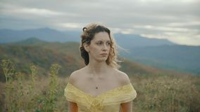 Daling op Max Patch Mountain Appalachian Mountains, Tennessee & Noord-Carolina, portret van jonge vrouw in gele kleding stock footage