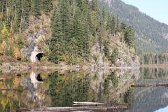 Daling van Rocky Mountains bij de treintunnel Nette bomen die een treintunnel in de rotsachtige berg BC aanvullen van Stock Foto