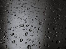 Daling van water Dichte Omhooggaand, Macro op de GRIJZE zilveren SELECTIEVE NADRUK van de metaaloppervlakte Royalty-vrije Stock Foto