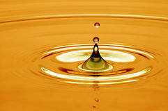 Daling van water in goud stock foto's