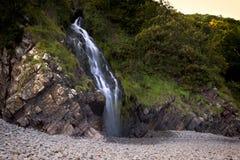 Dalingen aan rotsachtige kusten Royalty-vrije Stock Foto's