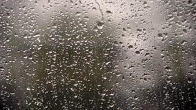 Dalingen die van Regen op Venster op een regenachtige dag vallen stock videobeelden