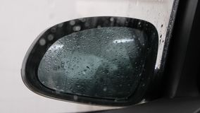 Dalingen op het de autoglas en achteruitkijkspiegel