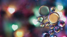 Dalingen van olie die op oppervlaktewater drijven stock videobeelden