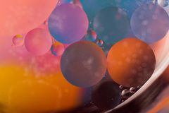 Dalingen van Olie op Water Stock Foto