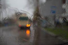 Dalingen van regen op blauwe glasachtergrond De Lichten van straatbokeh uit Nadruk Autumn Abstract Backdrop Royalty-vrije Stock Foto's