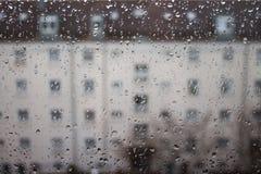 Dalingen van regen op glas, regendalingen op duidelijk venster stock afbeeldingen
