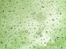 Dalingen van regen op glas, regendalingen op duidelijke venster/regendalingen met wolken/waterdalingen op glas na regenachtergron Royalty-vrije Stock Afbeeldingen
