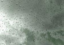 Dalingen van regen op glas, regendalingen op duidelijke venster/regendalingen met wolken/waterdalingen op glas na regenachtergron Stock Afbeeldingen