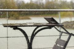 Dalingen van regen op het glas Stock Afbeeldingen