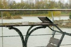 Dalingen van regen op het glas Stock Afbeelding