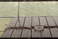 Dalingen van regen op het glas Stock Foto