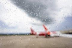 Dalingen van regen op het venster met de Vage vliegtuigachtergrond Stock Afbeelding