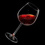 Dalingen van rode wijn die in een glas druipt Royalty-vrije Stock Foto's