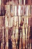 Dalingen van verfstroom onderaan de baksteen stock fotografie