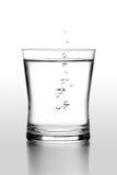 Dalingen van water in een glas royalty-vrije stock fotografie