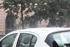 Dalingen van water op de auto Stock Fotografie