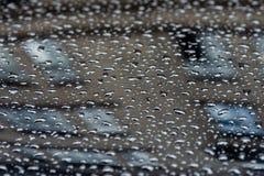 Dalingen van water op de auto na regen - Beeld stock afbeelding