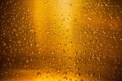 Dalingen van water op een glas bier Achtergrond, Textuur Selectieve nadruk Stock Afbeeldingen