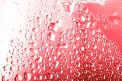 Dalingen van water op een kleurenachtergrond Ondiepe Diepte van Gebied Selectieve nadruk blur stock foto