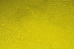 Dalingen van water op een kleurrijke achtergrond Stock Afbeeldingen