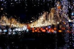 Dalingen van water op glas Stock Foto