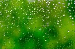 Dalingen van water op het glas stock afbeeldingen