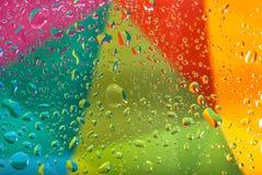 Dalingen van water op kleurrijke achtergrond Ondiepe Diepte van Gebied Selectieve nadruk Gestemd beeld Stock Foto's