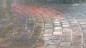 Dalingen van zware regen op de bestrating stock footage