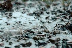 Dalingen van zware regen op water Royalty-vrije Stock Fotografie