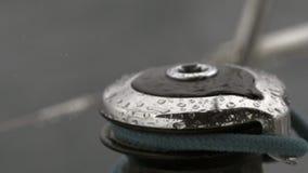 Dalingenregen op de langzame motie van de kabelkruk stock footage