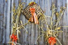 Dalingsdecoratie aan de kant van een houten schuur. stock foto