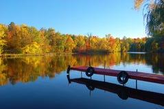 Dalingskleuren op de rivier Royalty-vrije Stock Foto