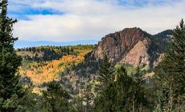 Dalingskleuren rond berg met bewolkte hemel stock fotografie