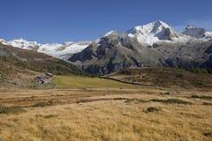 Dalingsscène in de Alpen, geen mensen rond Royalty-vrije Stock Foto