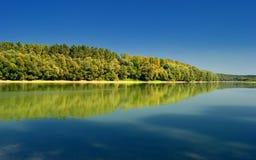 Dalingsscène met Meer en Bomen Autumn Reflection Royalty-vrije Stock Afbeelding