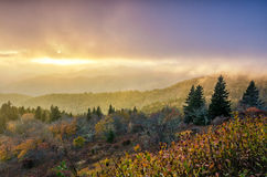 Dalingszonsondergang, Cowee-Bergen, Blauw Ridge Parkway Stock Foto