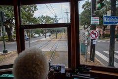 Dall'interno del tram di St Charles in NOLA fotografia stock