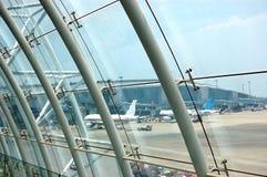 Dalla finestra della costruzione dell'aeroporto Fotografia Stock Libera da Diritti