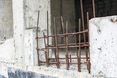 Dalla parete della costruzione non finita attacchi fuori le barre arrugginite di Immagini Stock