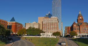 Dallas céntrica con la plaza de Dealey, el almacén del libro, y el museo rojo viejo del tribunal metrajes