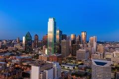 Dallas, cityscape van Texas met blauwe hemel bij zonsondergang stock afbeeldingen